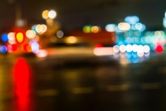 Κυκλοφορία πόλεων νύχτας σε μια γιγαντιαία μητρόπολη Ελαφρύ υπόβαθρο bokeh πόλεων Φωτεινοί σηματοδότες νύχτας Defocused στοκ εικόνες