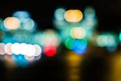 Κυκλοφορία πόλεων νύχτας σε μια γιγαντιαία μητρόπολη Ελαφρύ υπόβαθρο bokeh πόλεων Φωτεινοί σηματοδότες νύχτας Defocused στοκ εικόνα
