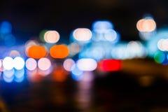 Κυκλοφορία πόλεων νύχτας σε μια γιγαντιαία μητρόπολη Ελαφρύ υπόβαθρο bokeh πόλεων Φωτεινοί σηματοδότες νύχτας Defocused στοκ φωτογραφίες