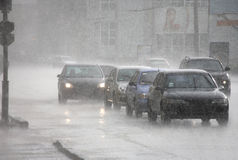 Κυκλοφορία πόλεων στη βροχή σε Kharkov Στοκ Εικόνα