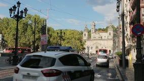 Κυκλοφορία πόλεων στο Μπιλμπάο, Ισπανία Σύγχρονη αρχιτεκτονική που στέκεται δίπλα σε αρχαίο απόθεμα βίντεο