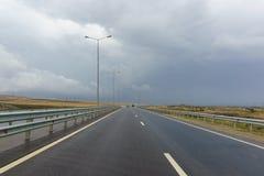 Κυκλοφορία στο νέο δρόμο α-290 στο παρελθόν M25 στη χερσόνησο Taman μια νεφελώδη ημέρα φθινοπώρου Στοκ Φωτογραφία
