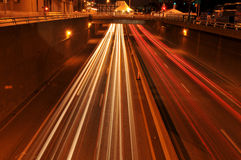 Κυκλοφορία τη νύχτα με τα ίχνη φω'των Στοκ φωτογραφία με δικαίωμα ελεύθερης χρήσης
