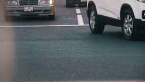 Κυκλοφορία των αυτοκινήτων στο δρόμο στην πόλη κίνηση αργή απόθεμα βίντεο