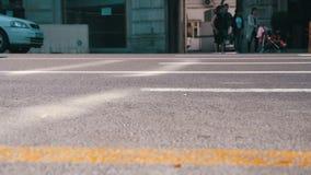 Κυκλοφορία των αυτοκινήτων στο δρόμο στην πόλη κίνηση αργή φιλμ μικρού μήκους