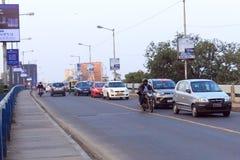 Κυκλοφορία NewEvening στην πόλη, αυτοκίνητα στο δρόμο εθνικών οδών, κυκλοφοριακή συμφόρηση στην οδό μετά από πεσμένος στοκ εικόνα