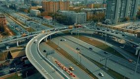 Κυκλοφοριακή συμφόρηση στην ανταλλαγή εθνικών οδών πόλεων στη Μόσχα απόθεμα βίντεο