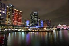 Κυκλικά κτήρια αποβαθρών και πόλεων του Σίδνεϊ στο χρώμα κατά τη διάρκεια του ζωηρού S Στοκ φωτογραφία με δικαίωμα ελεύθερης χρήσης