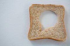 Κυκλική μορφή στη φέτα ψωμιού Στοκ εικόνες με δικαίωμα ελεύθερης χρήσης