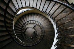 Κυκλική σκάλα με ένα κιγκλίδωμα σε ένα κτήριο με τους ανθρώπους Στοκ φωτογραφία με δικαίωμα ελεύθερης χρήσης