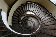 Κυκλική σκάλα με ένα κιγκλίδωμα σε ένα κτήριο χωρίς ανθρώπους Στοκ εικόνες με δικαίωμα ελεύθερης χρήσης