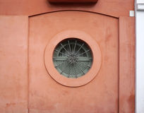 Κυκλικό παράθυρο με τον κόκκινο τοίχο Στοκ Εικόνες