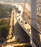 Κυκλοφορία αυτοκινήτων στη γέφυρα Στοκ εικόνα με δικαίωμα ελεύθερης χρήσης