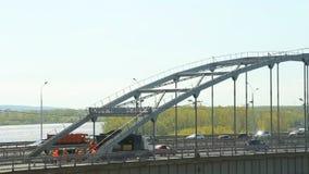 Κυκλοφορία αυτοκινήτων στη γέφυρα απόθεμα βίντεο