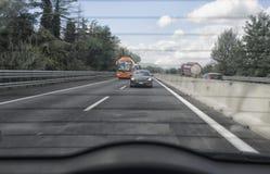 Κυκλοφορία αυτοκινητόδρομων από το οπίσθιο παράθυρο Στοκ Φωτογραφίες