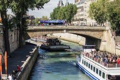 Κυκλοφορία βαρκών και τουριστών σε και πέρα από το Σηκουάνα, Παρίσι Στοκ Εικόνες