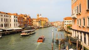 Κυκλοφορία βαρκών στο μεγάλο κανάλι Βενετία Στοκ φωτογραφία με δικαίωμα ελεύθερης χρήσης