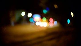Κυκλοφορία βραδιού Τα φω'τα πόλεων και αυτοκινήτων Γ-υποστήριγμα απόθεμα βίντεο