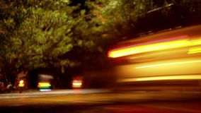 Κυκλοφορία νύχτας με μια αργή ταχύτητα παραθυρόφυλλων βίντεο φιλμ μικρού μήκους