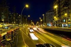 Κυκλοφορία νύχτας στην πλατεία Plaza Espana στη Βαρκελώνη Στοκ Φωτογραφίες