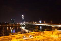 Κυκλοφορία νύχτας στη γέφυρα πέρα από το Dunai Στοκ Εικόνες