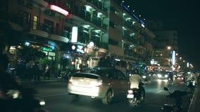 Κυκλοφορία νύχτας στις οδούς πόλεων Οι άνθρωποι πηγαίνουν στις μοτοσικλέτες και τα πίσω μέρη των φορτηγών φιλμ μικρού μήκους