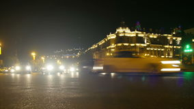 Κυκλοφορία νύχτας των αυτοκινήτων στην πόλη Χρονικό σφάλμα απόθεμα βίντεο