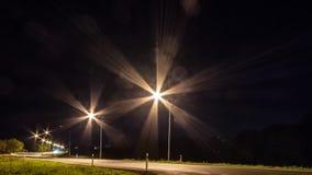Κυκλοφορία νύχτας timelapse σε μια οδό στη στο κέντρο της πόλης περιοχή bottle car hand head his light lights man one silhouette  απόθεμα βίντεο