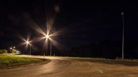 Κυκλοφορία νύχτας timelapse σε μια οδό στη στο κέντρο της πόλης περιοχή bottle car hand head his light lights man one silhouette  φιλμ μικρού μήκους