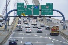 Κυκλοφορία οδών στο Leonard Π Γέφυρα Hill αποθηκών Zakim Βοστώνη - ΒΟΣΤΩΝΗ, ΜΑΣΑΧΟΥΣΕΤΗ - 3 Απριλίου 2017 Στοκ Φωτογραφία