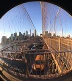 Κυκλοφορία που περνά από κάτω από την πορεία ποδιών της γέφυρας του Μπρούκλιν Στοκ εικόνα με δικαίωμα ελεύθερης χρήσης
