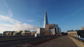 Κυκλοφορία πρωινού στη γέφυρα Southwark φιλμ μικρού μήκους