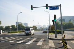 Κυκλοφορία πόλεων, ζέβες πέρασμα, λαμπτήρας σημάτων Στοκ εικόνες με δικαίωμα ελεύθερης χρήσης