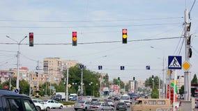 Κυκλοφορία πόλεων με τους φωτεινούς σηματοδότες στο σταυροδρόμι φιλμ μικρού μήκους