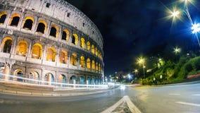 Κυκλοφορία πόλεων νύχτας Coliseum timelapse με το ζουμ απόθεμα βίντεο