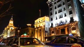 Κυκλοφορία στα ιστορικά κτήρια τη νύχτα στη Σαγκάη απόθεμα βίντεο