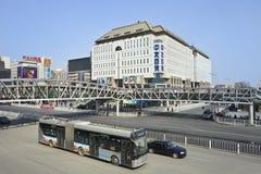 Κυκλοφορία στην οδό αγορών Xidan, Πεκίνο, Κίνα Στοκ Εικόνα