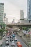 Κυκλοφορία στην περιοχή Sathorn, Μπανγκόκ, Ταϊλάνδη Αυτοκίνητα με την κίνηση θαμπάδων Στοκ Εικόνες
