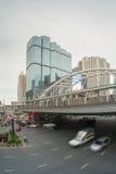 Κυκλοφορία στην περιοχή Sathorn, Μπανγκόκ, Ταϊλάνδη Αυτοκίνητα με την κίνηση θαμπάδων Στοκ φωτογραφίες με δικαίωμα ελεύθερης χρήσης