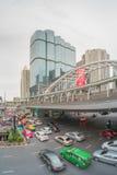 Κυκλοφορία στην περιοχή Sathorn, Μπανγκόκ, Ταϊλάνδη Αυτοκίνητα με την κίνηση θαμπάδων Στοκ Φωτογραφία