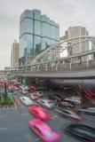 Κυκλοφορία στην περιοχή Sathorn, Μπανγκόκ, Ταϊλάνδη Αυτοκίνητα με την κίνηση θαμπάδων Στοκ φωτογραφία με δικαίωμα ελεύθερης χρήσης