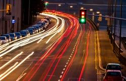 Κυκλοφορία στην πόλη τη νύχτα στοκ φωτογραφία με δικαίωμα ελεύθερης χρήσης