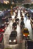 Κυκλοφορία στο κύριο δρόμο στη Μπανγκόκ τη νύχτα Στοκ εικόνα με δικαίωμα ελεύθερης χρήσης