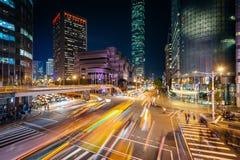 Κυκλοφορία στο δρόμο Xinyi και την άποψη της Ταϊπέι 101 τη νύχτα, στη Ταϊπέι Στοκ Φωτογραφίες