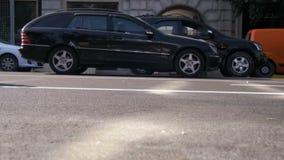 Κυκλοφορία των αυτοκινήτων και των μοτοσικλετών στο δρόμο στην πόλη κίνηση αργή φιλμ μικρού μήκους