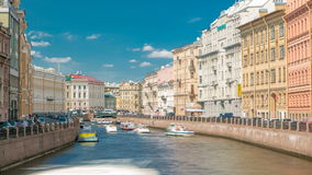 Κυκλοφορία των τουριστικών βαρκών κρουαζιέρας στον ποταμό Moyka timelapse στην Άγιος-Πετρούπολη, Ρωσία φιλμ μικρού μήκους
