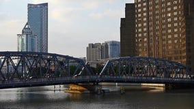 Κυκλοφορία φραγμάτων της Σαγκάη, γέφυρα waibaidu, παλαιό κτήριο ύφους, ηλιοβασίλεμα απόθεμα βίντεο