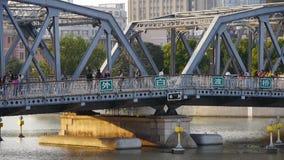 Κυκλοφορία φραγμάτων της Σαγκάη, γέφυρα waibaidu, παλαιό κτήριο ύφους, ηλιοβασίλεμα φιλμ μικρού μήκους