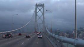 Κυκλοφορία ώρας κυκλοφοριακής αιχμής στη γέφυρα Σαν Φρανσίσκο, Καλιφόρνια κόλπων του Όουκλαντ απόθεμα βίντεο
