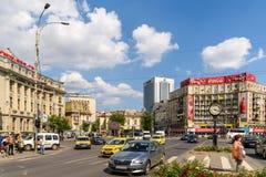 Κυκλοφορία ώρας κυκλοφοριακής αιχμής στο στο κέντρο της πόλης ρωμαϊκό τετράγωνο (Piata Romana) του Βουκουρεστι'ου Στοκ Εικόνα